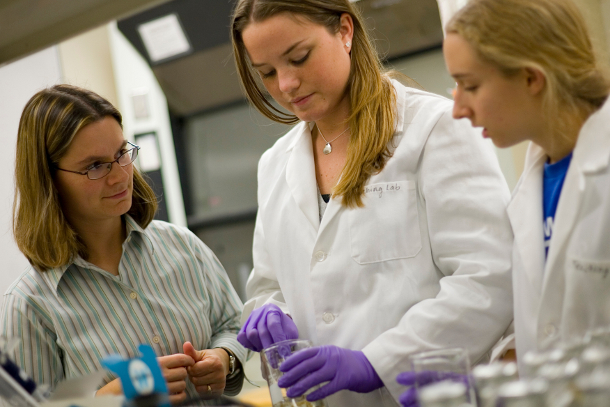 Claudia Gunsch works with students in her lab