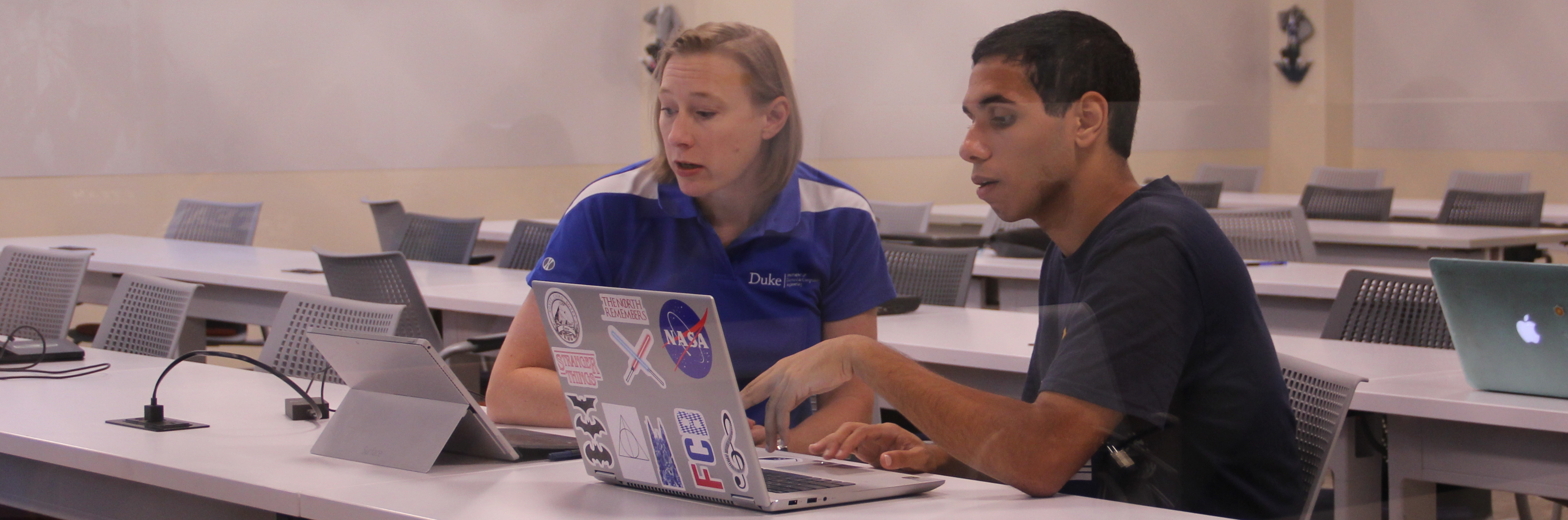 An advising session between faculty advisor and Duke engineering student.