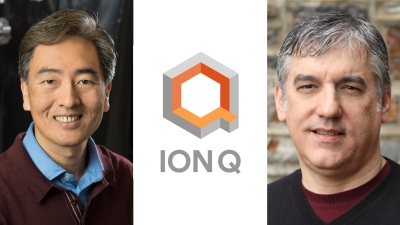 Jungsang Kim and Chris Monroe flanking the IonQ logo