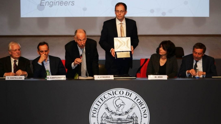 Guglielmo Scovazzi accepts the 2017 Alumnus of the Year award from Politecnico di Torino